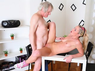 After getting her pussy eaten out, she kneels before her man and gives her man a wet and deep blowjob, taking his older cock in her mouth.